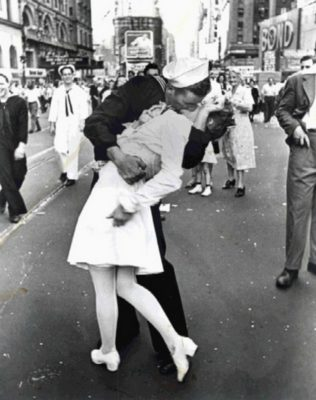 stike-a-pose-VJ-Day-Kiss-thoughtful-gift-idea