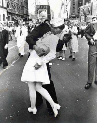 stike-a-pose-VJ-Day-Kiss-thoughtful-gift-idea